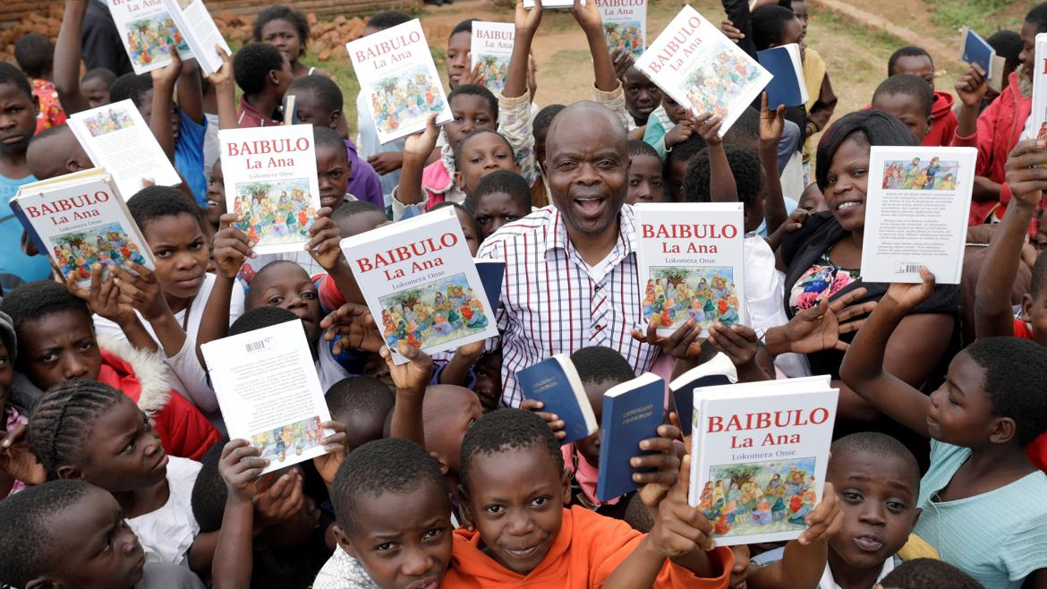 Children ask for Bibles in Malawi)